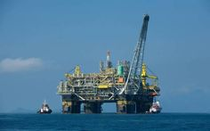 مخزونات النفط الأمريكية تتراجع 6.4 مليون برميل خلال أسبوع                مباشر: تراجعت مخزونات النفط الأمركية بشكل فاق التوقعات خلال الأسبوع الماضي كما هبطت مخزونات البنزين خلال نفس الفترة. وأظهرت بيانات صادرة عن إدارة معلومات الطاقة الأمريكية اليوم الخميس هبوط المخزونات الأمريكية من النفط بمقدار 6.4  مليون برميل  خلال الأسبوع المنتهي في 26 مايو الجارى مقابل تراجعها بمقدار 4.4 مليون برميل خلال الأسبوع السابق لها. وكانت توقعات المحللين قد أشارت إلى أن مخزونات الولايات المتحدة من النفط ستتراجع…