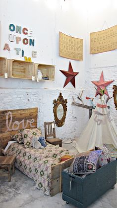 Bohemian kid's room Love the Once upon a time! Casa Kids, Bohemian Kids, Deco Kids, Pallet Wall Art, The Design Files, Little Girl Rooms, Kid Spaces, Kids Decor, Girls Bedroom