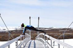 Varför inte använda broar som hjälpmedel vid höftöppnande yogapositioner? ;)