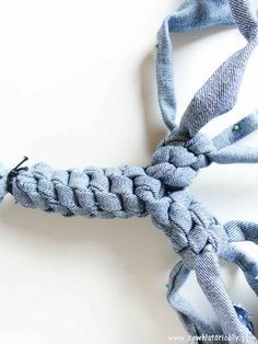 Make no-sew recycled denim dog toys out of old jeans! It's easy, fast and free! And your pup will love it! These heavy duty recycled denim dog toys are great as chewing dog toy, to play fetch and tug-of-war. Dog Training Methods, Basic Dog Training, Dog Training Techniques, Training Your Puppy, Training Dogs, Positive Dog Training, Diy Dog Toys, Easiest Dogs To Train, Old Dogs