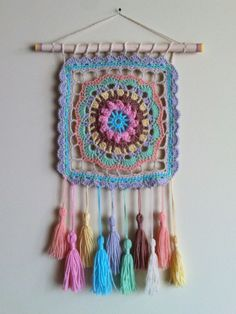 Decorando con humildes grannys cuadrados Learn the fact (generic term) of how to needlework (generic Crochet Wall Art, Crochet Wall Hangings, Crochet Diy, Crochet Home, Crochet Crafts, Yarn Crafts, Crochet Projects, Motif Mandala Crochet, Crochet Motifs