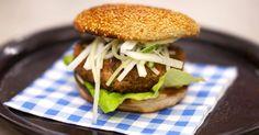 Hamburgers kan je tegenwoordig op allerhande manieren ontdekken: van de klassieke beefburger met ketchup tot een luxebeestje met ganzenlever en kobe beef. Jeroen kiest voor een burger van gevogeltegehakt met een bescheiden Oosterse toets. Een beetje koriander geeft het vleesmengsel een toets kruidigheid en de wasabimayonaise zorgt voor milde pit. Zodra de groentjes versneden zijn kan je alles stapelen tot een malse culinaire burger die van de eertse tot de laatste hap simpelweg lekker…