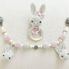 Für eine kleine Prinzessin: Kinderwagenkette mit zwei Häschen und eine Rassel-Hasen-Dame in grau / rosa @i.am.sarah.g #häkeln #gehäkelt #crochet #baby2017 #baby2016 #babygirl #rassel #kinderwagenkette #handgemacht #handmade