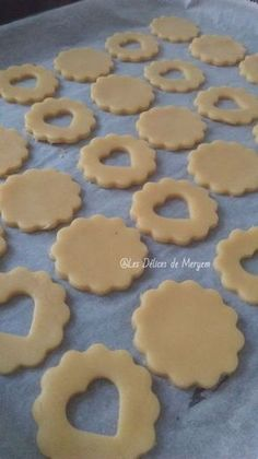 Shortbread with jam Les Délices de Meryem Cookie Brownie Bars, Cookie Desserts, Amazing Food Decoration, Healthy Toddler Breakfast, Algerian Recipes, Cake Decorating For Beginners, Mini Burgers, Christmas Cooking, Cookie Decorating