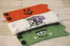 Halloween Crocheted Cup Cozy Pattern - Repeat Crafter Me. These would also make cute cuffs for Halloween! Crochet Coffee Cozy, Crochet Cozy, Crochet Fall, Holiday Crochet, Cute Crochet, Crochet Crafts, Crochet Projects, Crotchet, Crochet Ideas