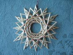 Etoiles en paille triples Handmade Ornaments, Diy Christmas Ornaments, Vintage Christmas, Straw Weaving, Weaving Art, Pine Needle Crafts, Corn Dolly, Straw Crafts, Pine Needle Baskets