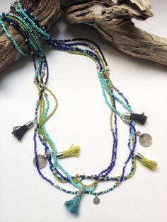Línea de multi collar étnico con las borlas y los encantos de la moneda del metal del grano de semilla