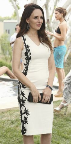 Victoria's white dress with black leaf side embroidery on Revenge. Outfit Details: http://wornontv.net/19627/ #Revenge