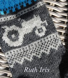 Mellom himmel og jord: Marius inspirerte traktor sokker Knitting Socks, Yin Yang, Knit Crochet, Diagram, Stitch, Blanket, Kids, Crafts, Transport