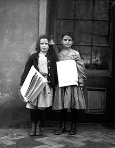 Vintage Photos: Lewis Hine - Newsies,  Two news girls, Wilmington, Delaware, 1910