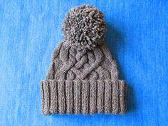 Серая шапка с косами и гигантским помпоном (автор Агния Балабан): резинка 2х2 (18 см), узор по схеме (13 см), стянуть петли, пришить помпон