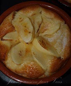 La Flognarde aux pommes c'est une histoire de tradition. J'ai découvert ce dessert par hasard en regardant une émission culinaire quelconque, il y en a tellement que je ne m'en souviens plus, où une mamie reproduisait ce dessert typique de sa région. Ce dessert originaire du limousin est un cousin du clafoutis et sa pâte nous rappelle celle d'une crêpe. A la vue de ce reportage j'ai tout de suite voulu le faire pour pouvoir y goûter. Ce qui ma séduit c'est la rusticité de ce plaisir sucré…