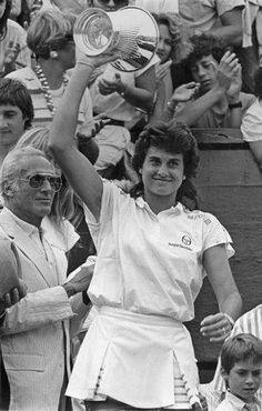 Gabriela Sabattini (del Lawn Tennis Club). Ex jugadora, que reubico mundialmente al tennis femenino de nuestro pais.-