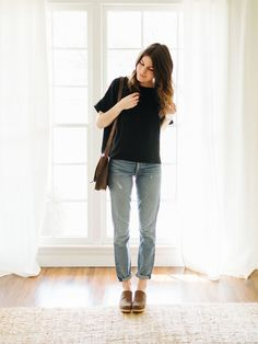 I don't know about you, but it's been a wild week on my end. Silk tee + mom jeans + Comfy enough to run errands during the day, bu… Clogs Outfit, Spring Summer Fashion, Spring Outfits, Casual Skirt Outfits, Jeans Outfit Summer, Outfit Winter, Jean Outfits, Mode Style, Ladies Dress Design