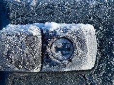 Что делать, если замерз замок Залейте внутрь немного жидкости для быстрого обеззараживания рук. Содержащая много спиртов, она быстро растопит лед и позволит открыть упрямый замок.