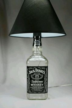 Jack Daniels Bottle lamp DIY and reuse. Great touch for a Man Cave. Lampe Jack Daniels, Jack Daniels Bottle, Jack Daniels Decor, Man Cave Lamps, Garrafa Diy, Diy Bottle Lamp, Deco Originale, Ideias Diy, Man Room