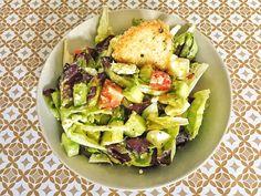 Recette détox hyper rapide d'une délicieuse salade estivale à base d'avocats, concombres, tomates, œufs durs et fêta avec sa vinaigrette citronnée. #food #healthy #salade #détox #été #avocat #concombre #tomate #oeufs #fêta #citron #foodblogger #recette #rapide #cuisine #facile #frenchblogger