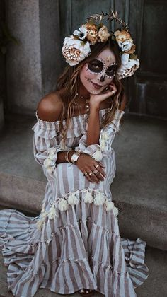 Inspiration & Accessories: DIY La Catrina Calavera Halloween Make Up Costume Ide Frisuren Halloween Chique, Chic Halloween Decor, Halloween Inspo, Halloween Kostüm, Couple Halloween, Halloween Outfits, Halloween Costumes, Costume Catrina, Sugar Skull Costume