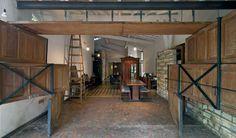 Casa do arquiteto. As portas antigas da casa reformada compõem um portão pivotante com montantes metálicos.