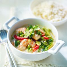 Prawn Green Curry Recipe A quick and tasty Thai curry that takes only 15 minutes to create and costs you only 177 calories. Fast Food Diet, Healthy Diet Recipes, Low Calorie Recipes, Healthy Eating, Cooking Recipes, Healthy Lunches, Healthy Food, Clean Eating, Thai Prawn Curry