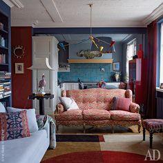 Гостиная, совмещенная с кухней. Винтажная люстра привезена из Копенгагена, французский диван 1930-х годов куплен в Нью-Йорке и обтянут новой тканью, Edmond Petit, в ателье ML Brand, лакированный красный шкаф сделан на заказ.