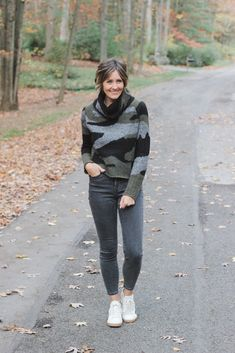 Everyday Style: Camouflage | A Lovely Living sweater and grey jeans outfit with sneakers Plad Outfits, Grey Jeans Outfit, Camo Pants Outfit, Cute Fall Outfits, Fall Fashion Outfits, Sweater Outfits, How To Wear Sneakers, Jeans And Sneakers, Primark Outfit