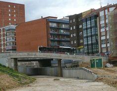 """En 2011 el Ayuntamiento de León comenzó esta obra a través de Adif que ha paralizado al descubrir que el puente es demasiado bajo para que los trenes pue-dan pasar. La única opción es comprar trenes """"tren-tran"""" ya pactada pero no se puede llevar a cabo por estar inmersa en un proceso judicial. Los vecinos es-tán en contra de que se hagan otros 3 puentes que se habían planeado ya que el único construido es in- servible y enormemente caro para la ciudad. LEON"""
