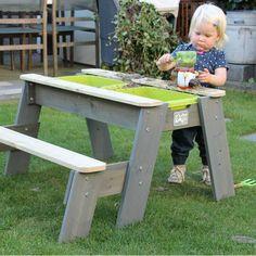 De EXIT zand & water picknicktafel biedt veelzijdijg speelplezier in je eigen tuin. Voor of na het picknicken aan tafel, kun je het tafelblad eraf halen en zand en/of water in de uitneembare bakken doen. Dé plek voor zandkastelen en speelgoedbootjes!