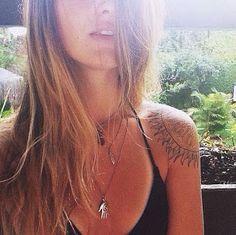 girls with tattoos & henna {in lieu} Piercings, Piercing Tattoo, Tropical Tattoo, Indie, Tatoo Henna, Tattoo Ink, Sun Tattoos, Hipster, Shoulder Tattoos