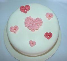 One with hearts made by me out of fondant... Um com corações feitos por mim em pasta de açúcar...