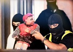 La Audiencia Nacional acuerda prisión sin fianza para Monchito por rascarse las pelotas en horario infantil.  Moreno en búsqueda y captura.