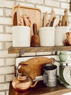 Vintage Hutch, Vintage Vignettes, Vintage Farmhouse, Vintage Decor, Vintage Furniture, Vintage Items, Diy Plate Rack, Primitive Cabinets, Old Crocks