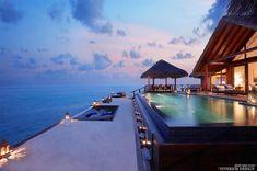 canapé au bord de la piscine qui surplombe l'océan
