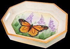 Majestic Monarch Butterfly Tray -- A monarch butterfly graces a wooden tray.  #decoartprojects