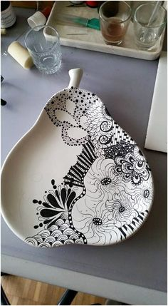 How to Decorate Ceramic Tiles Ceramic Clay, Ceramic Plates, Porcelain Ceramics, Ceramic Pottery, Painted Porcelain, Hand Painted, Sgraffito, Pottery Painting, Ceramic Painting