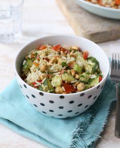 Wil je vanavond eens niet zo lang in de keuken staan? Maak deze rijstsalade met kikkererwten. Je hebt de salade zo op tafel staan. Lekker én gezond! Rijstsalade met kikkererwten Dit heb je nodig Voor 2 personen 150 gr rijst…