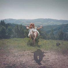 """Tereza Vlčková nació en 1983 en la República Checa y que estudió en la Universidad de Silesia en Opava, en el Instituto de Fotografía Creativa. Es un fotógrafo conceptual que 2007 creó la serie """"A Perfect Day, Elise"""" donde aparecían mujeres flotando sobre fondos montañosos, lo que le llevó a exponer Además trata otros temas como el miedo, los sueños el """"yo"""" interior de cada uno…. otro de sus proyectos destacados es su serie sobre gemelos en un entorno forestal."""