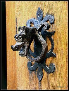 Wolf face door knocker by panadero-canonistas Door Hinges, Door Knobs, Door Detail, Knobs And Knockers, Cool Doors, Door Furniture, Drawer Pulls, Decoration, Metal Art