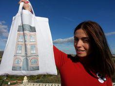 """""""Ahorrar en crisis"""" nos enseña el nuevo bolso de """"La factoría de Nono"""" Reusable Tote Bags, Totes, Clothing, Illustrations"""