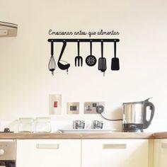 vinilo para la cocina de utensilios colgados con la frase, emocionar antes que alimentar.