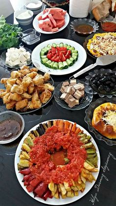 Breakfast Presentation, Food Presentation, Lebanese Recipes, Turkish Recipes, Plats Ramadan, Dinner Party Recipes, Appetizer Salads, Food Decoration, Food Places