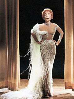 One of the rare color-images featuring Marlene Dietrich in her stage-costumes of the Golden Age Of Hollywood, Vintage Hollywood, Classic Hollywood, Old Hollywood Glamour Dresses, Vintage Glamour, Vintage Beauty, Vintage Fashion, Marlene Dietrich, Divas