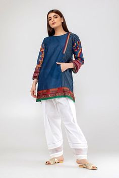 Stylish Dress Book, Stylish Dresses For Girls, Stylish Dress Designs, Simple Dresses, Simple Pakistani Dresses, Pakistani Fashion Casual, Pakistani Dress Design, Kurti Designs Party Wear, Kurta Designs