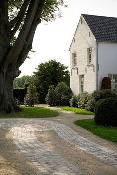 Low-Cost Luxury: 9 Ways to Use Decomposed Granite in a Landscape by Decomposed granite ribbon driveway curb appeal ; Landscape Pavers, Landscape Design, Landscape Walls, Brick Driveway, Gravel Driveway, Pebble Driveway, Driveway Edging, Cobblestone Driveway, Driveway Ideas