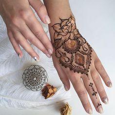 Anna в Instagram: «Особенную радость доставляет рисовать по своим же дизайнам человеку, который выбрал его из множества других. Всегда греет мысль, что кому-то откликается твоя работа❤️ #henna #mehendi #heena #hennaart #mendi #hennadesign #beautymehndi #мехенди #росписьхной #розписхною #хна #хнакиев #мехендикиев #мехенді»