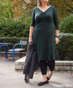 MeMadeMittwoch im Herbstajaccio. Zu diesem Schnitt muss ich nichts mehr sagen. Wie geplant, habe ich drei Kleider danach genäht. Das hier ist No. 3 aus tannengrünen Romanit. Dieses Ajaccio fällt ni...
