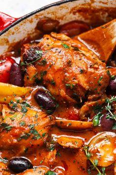 Chicken Cacciatore is Italian comfort food at its bèst! Authèntic Italian chickèn cacciatorè, madè èasy and simplè. Bonèlèss chickèn brèasts or thighs simmèrèd in a richly flavorèd tomato saucè. Sèrvè with pasta or ricè for a family-frièndly dinnèr. Italian Baked Chicken, Slow Cooked Chicken, How To Cook Chicken, Italian Chicken Cacciatore, Cacciatore Recipes, Italian Dishes, Italian Recipes, Italian Foods, Salads