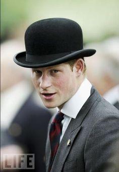 Le prince Harry très élégant avec son chapeau melon : http://www.chapeauxetcasquettes.fr/chapeau-melon-en-laine-feutree-noir-jaxon-and-james-p135060/