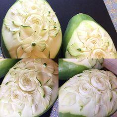 今日はパパイヤ。 意外と乾燥した果肉で彫りやすい。