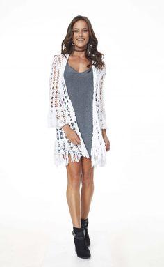 Quimono Branco com Franjas • Círculo S/A Kimono Crochet, Crochet Coat, Crochet Jacket, Crochet Cardigan, Crochet Clothes, Crochet Bikini, Womens Closet, Needle Tatting, Summer Patterns